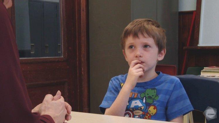 Dans cette vidéo, Henri, 5 ans, explique qu'il évite de jouer avec certains enfants (dont le nom est remplacé par bip) parce qu'ils se comportent mal avec lui : soit ils rient de lui, soit ils le traitent de noms, ou encore, ils sont agressifs physiquement à son endroit.